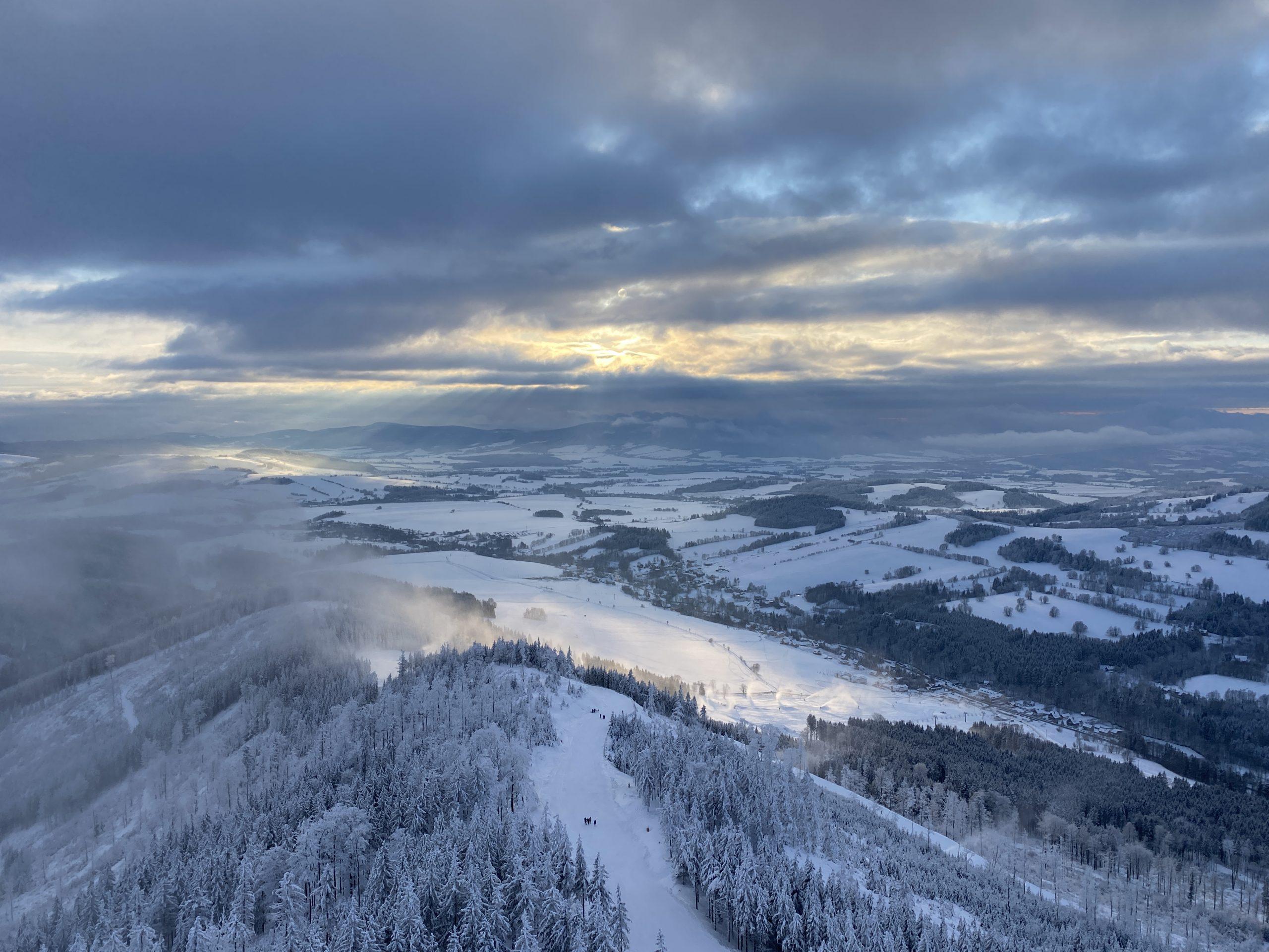 Nádherný výhled na okolí ze Stezky v oblacích v Dolní Moravě